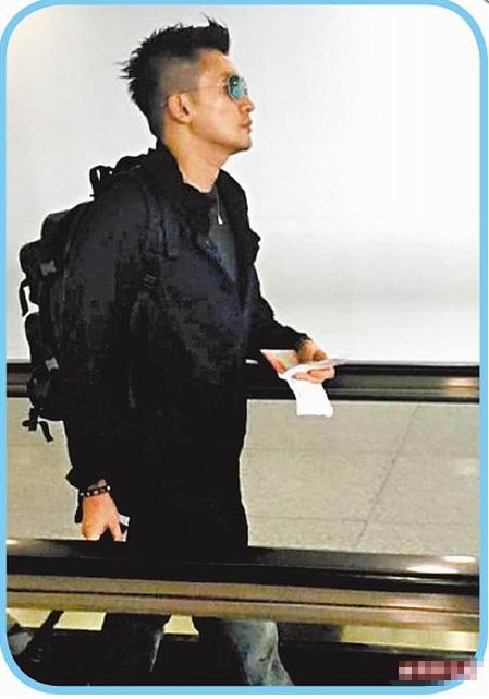 苏有朋昨午从北京搭机