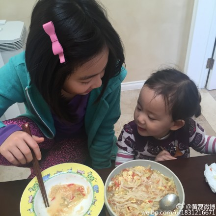 多多与妹妹吃饭