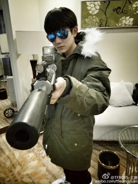 王源手持水弹枪