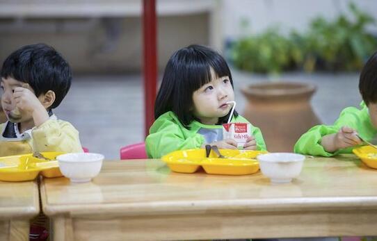 爱上幼儿园萌娃吃饭