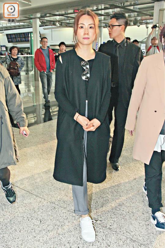 邓丽欣昨天(3月27日)从台湾返回香港,受访时面容憔悴。