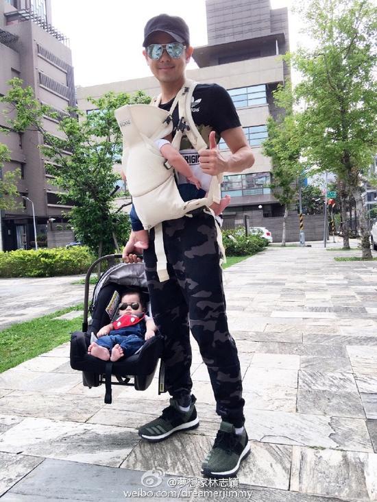林志颖带三儿逛公园