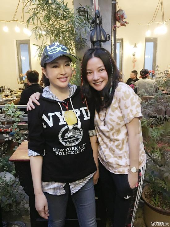赵薇亲密合影刘晓庆