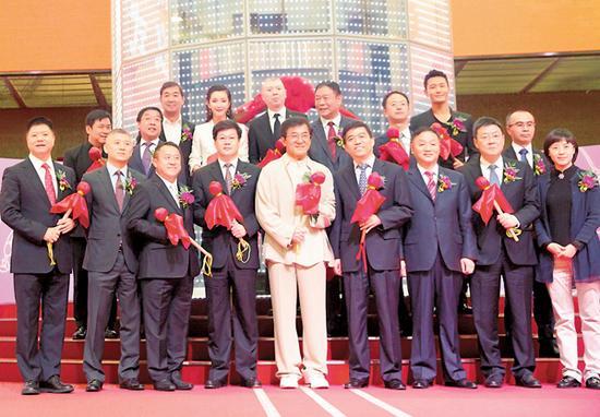 成龙、冯小刚、张国立、黄晓明、李冰冰、曾志伟、唐季礼昨天以明星股东身份现