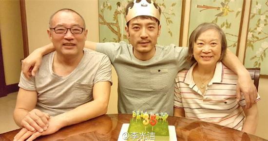 李光洁与父母一同庆生