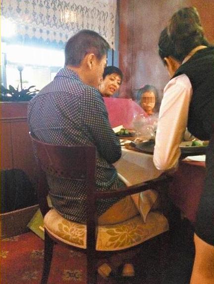罗大佑(左起)跟老婆Elaine带着女儿聚餐