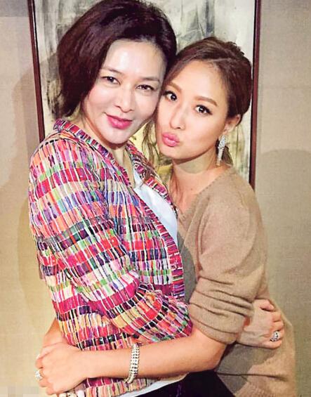 关之琳(左)与名媛孙芸芸合照,网民见到此照片都慨叹再美的人都会老!(网上
