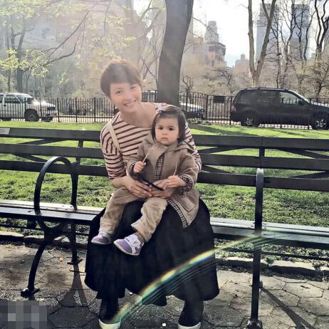 梁咏琪母亲节秀女儿照片 支持母乳喂养