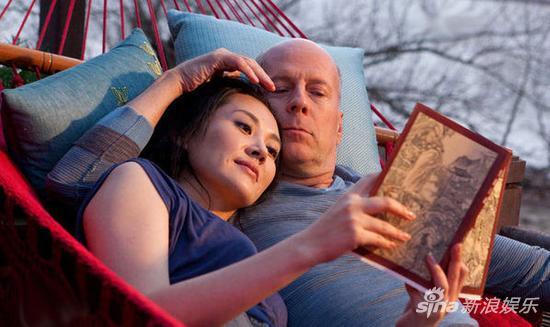 许晴在《环形使者》中拿着一本《笑傲江湖》。