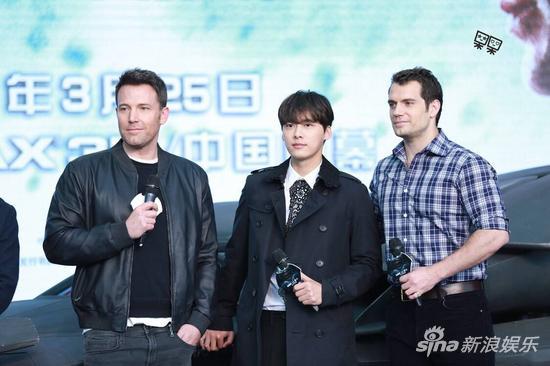 李易峰成为《蝙超》形象代言人,与主演本-阿弗莱克和亨利-卡维尔一同出席中国区发布会。