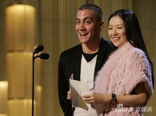 2005年,章子怡与杰克-吉伦荷在奥斯卡颁奖台上。