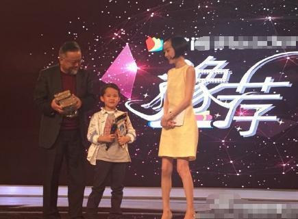 王刚携8岁儿子亮相节目