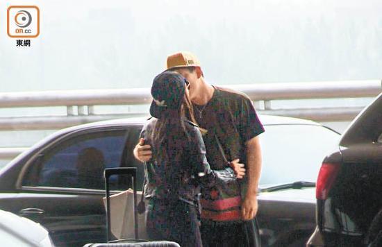 江若琳搂抱着曹云金亲嘴,进入忘我模式。