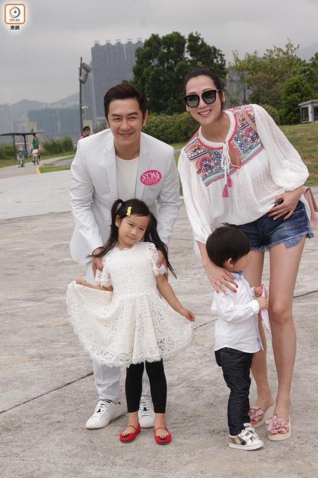陈浩民与太太带子女出席活动
