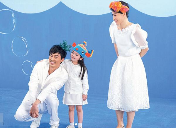 林峰、郭晶晶与小女孩戴上色彩斑斓头饰拍摄宣传片。