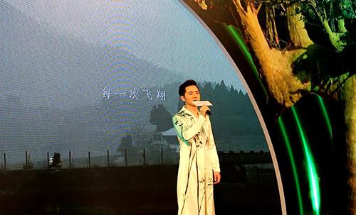 余少群夜孔雀发布会演唱主题曲