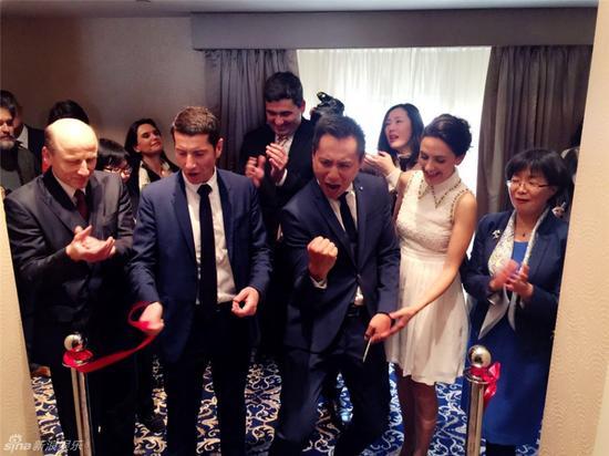 今年3月,出席开幕酒会的刘烨夫妻