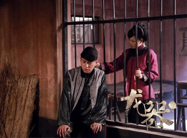 秦玄策(靳东饰)与陆雨涵(孙宁饰)深陷囹圄剧照