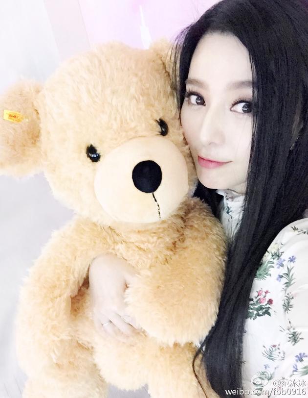 范冰冰搂泰迪熊卖萌