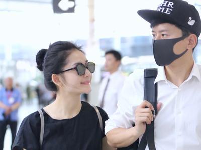 谢娜与张杰现身机场 变望夫石一路微笑
