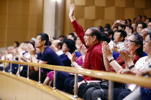 作曲家鲍元恺在观众席挥手致谢