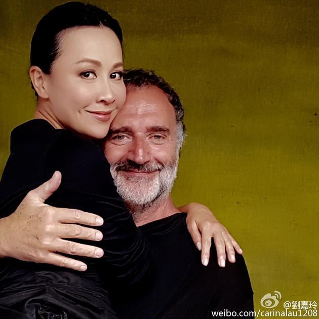 刘嘉玲被老外抱入怀中