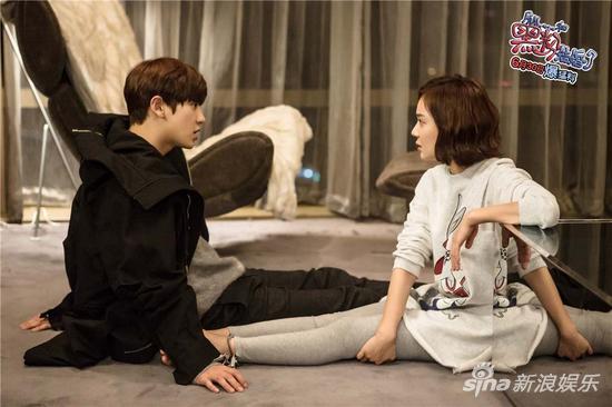袁姗姗搭档朴灿烈出演《所以,和黑粉结婚了》。