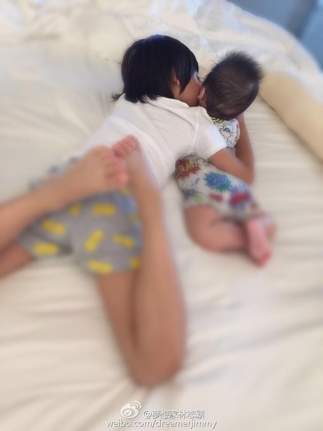 Kimi睡前搂着弟弟来个大kiss