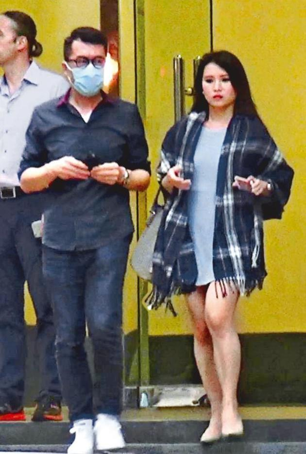 伍咏薇老公被拍到与34D嫩模出行