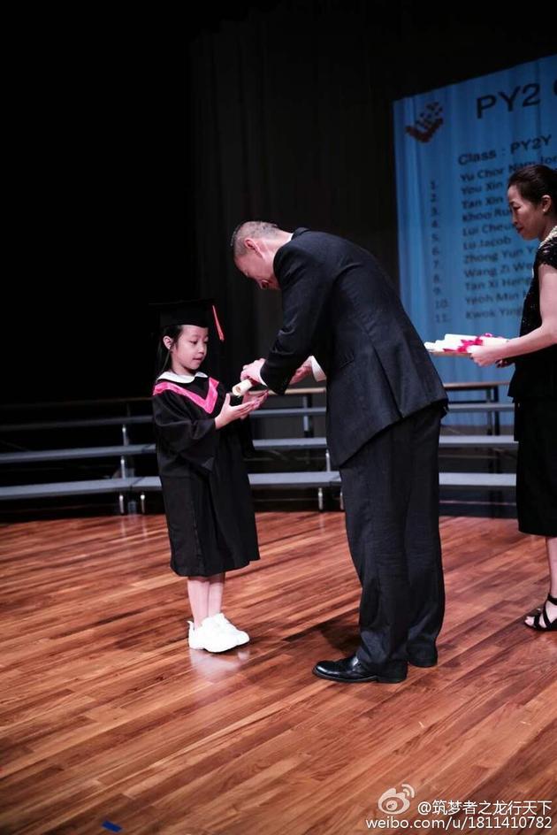 赵薇女儿小四月参加毕业典礼