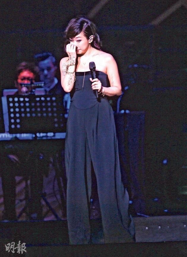 林忆莲献唱《纸飞机》时,突然感触哭如泪人。