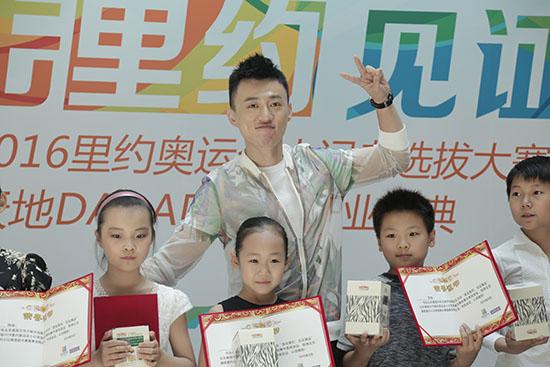 新浪娱乐讯 6月18日,北京晨报2016里约奥运会小记者选拔大赛启动仪式和初赛在京隆重举行。活动当天,以评委身份亮相的主持人亚明,受到了当场不少参赛少年们的追捧与喜爱。活动现场,亚明认真观看孩子们表演的同时,更以严谨的态度为每一位参赛小选手们打分。赛后,亚明悉心讲述采访要点,鼓励孩子们在生活中要善于观察、善于发现、善于思考。谈及自己对于奥运精神的理解,亚明表示孩子们以后也会参加各种各样的比赛,有成功有失败,重在参与,而重在参与这简单四个字带来的精神力量,可以让孩子从竞争的压力中跳脱出来,快乐