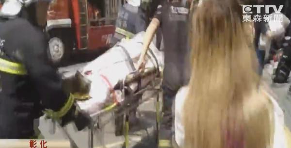 在2楼洗澡的22岁店长刘沛均却受困,等到消防队救出时,她全身有大面积灼伤,已没有生命迹象。