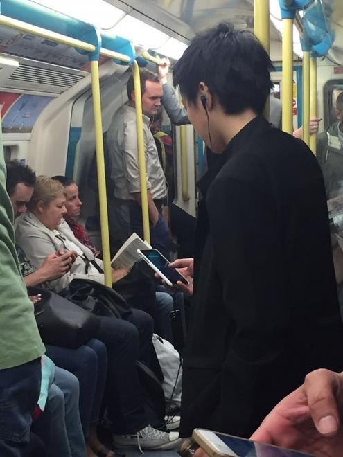 窦靖童在伦敦地铁上