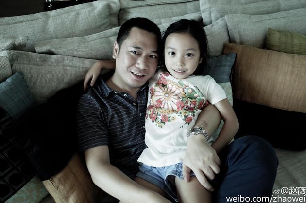 赵薇晒出老公与女儿亲密合影