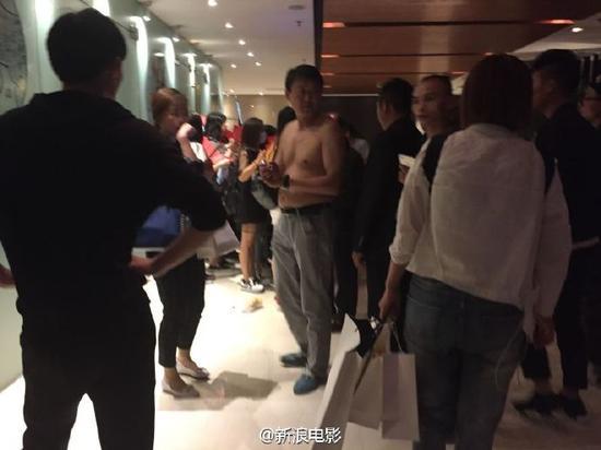 今年上海电影节《夏有乔木》发布会上,媒体排队领证入场,近百米的媒体队伍,周围已被黄牛包围,疑似黄牛为了抢媒体入场证,跑签到台抓了把东西就跑,被现场安保摁住,把上衣体恤撕成碎片,结果只是抓了一叠新闻通稿。