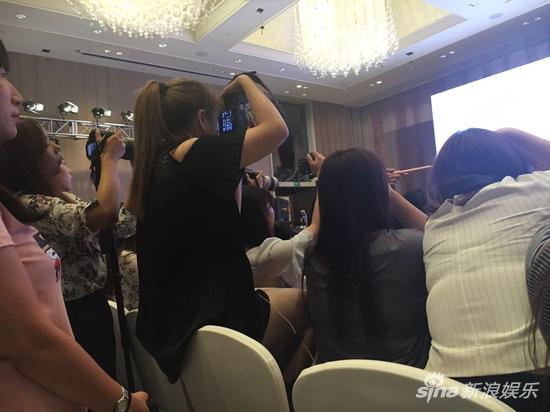 近期,《所以,和黑粉结婚了》发布会上,拿着媒体证一心一意拍朴灿烈的粉丝背影。