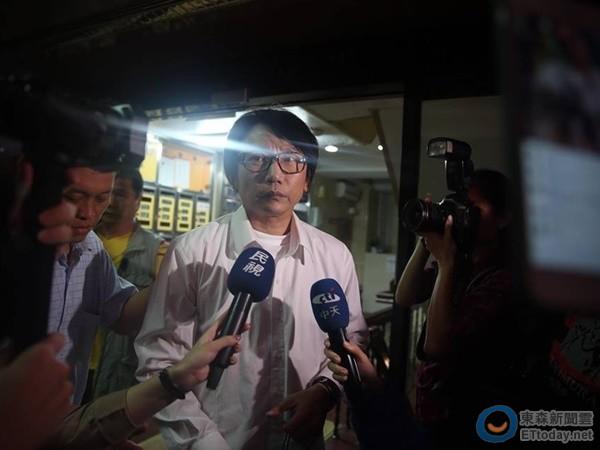 秦伟开记者会被媒体堵。
