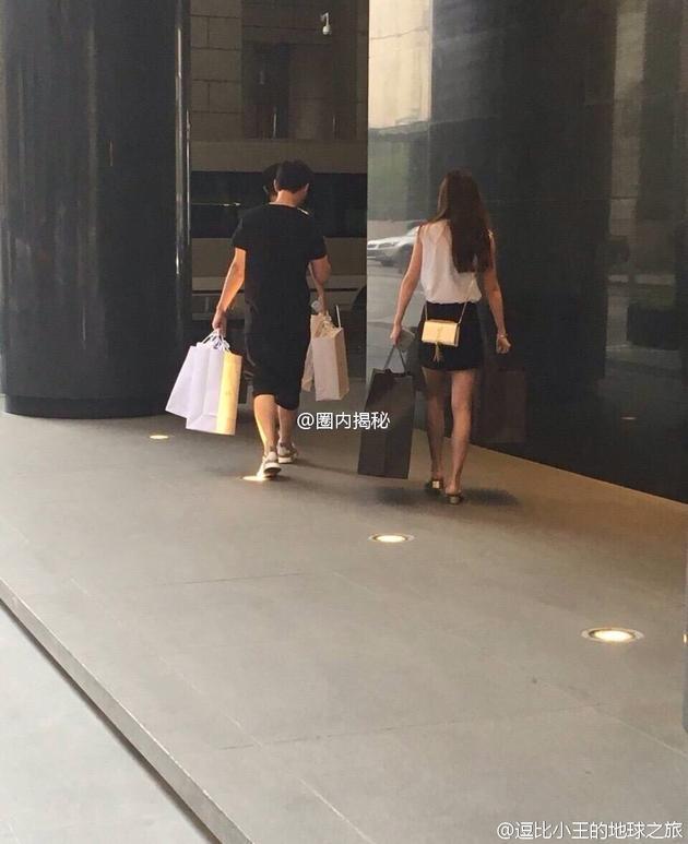 王思聪提购物袋