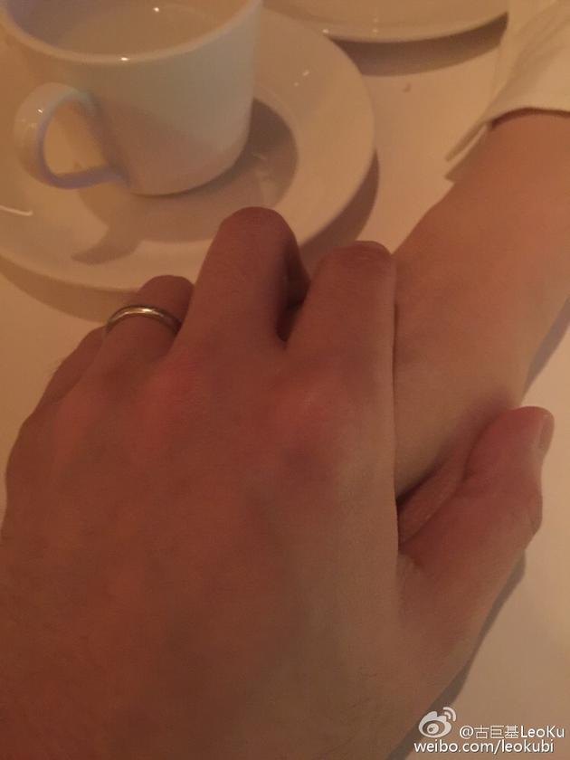 古巨基握住妻子手