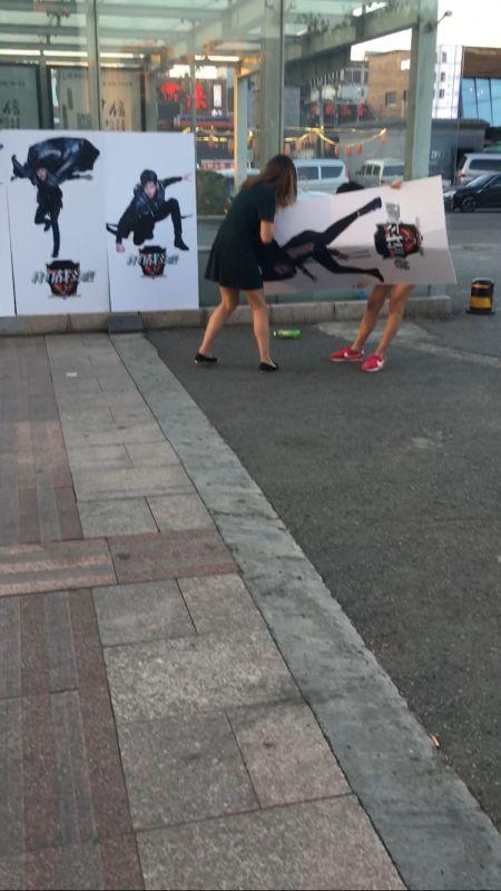 两位女粉丝争夺杨烁人形立牌