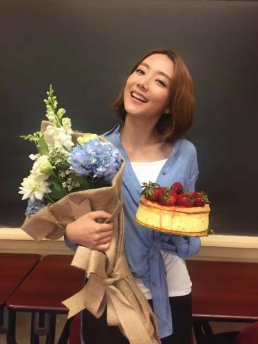 剧组为王萌黎准备的鲜花和蛋糕