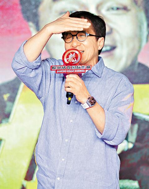 成龙昨天到武汉为新片宣传