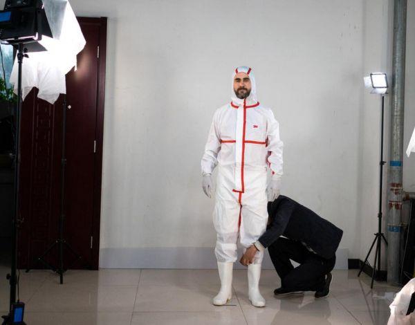 乔纳森·科斯-瑞德试穿《再见霹雳》的戏服。