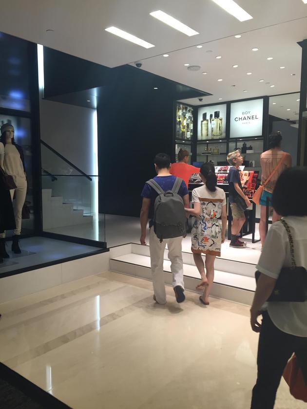 刘强东与奶茶妹妹挽手逛街