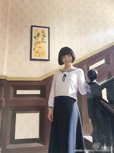 孙茜身着白衣蓝裙的民国学生装,顾盼神飞间笑靥如花,齐耳短发利落又图片