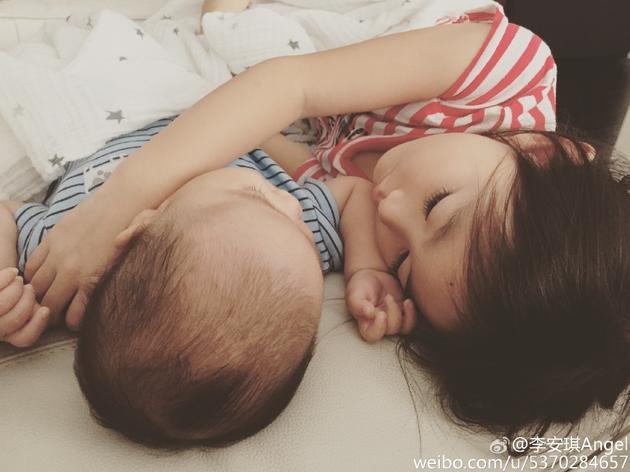 奥莉和弟弟睡觉