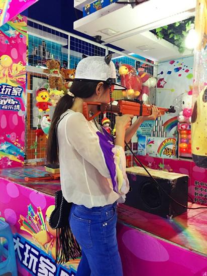 杜若溪童心未泯玩打枪