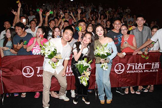 舒淇、叶青和导演陈飞宏与观看《婚礼》的观众合影