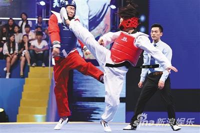 田源在《阳光艺体能》里被踢得脸都变形了。